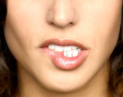 Останавливаем шелушение губ