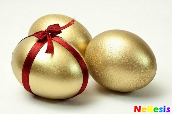 Три золотых яйца на пасху.