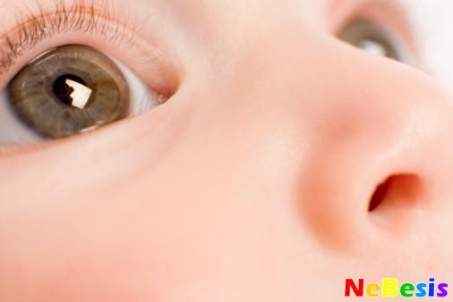 Почему слезится глаз у младенца?