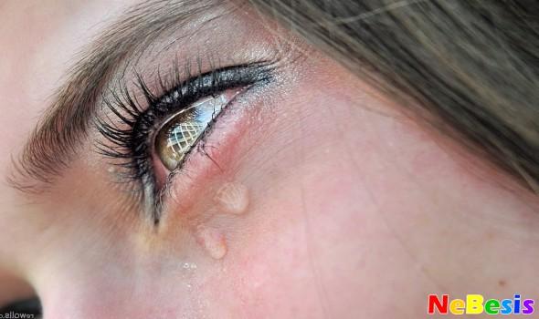 Что делать если глаз слезится и покраснел