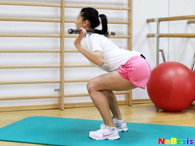 Как накачать ягодицы девушке в спортзале